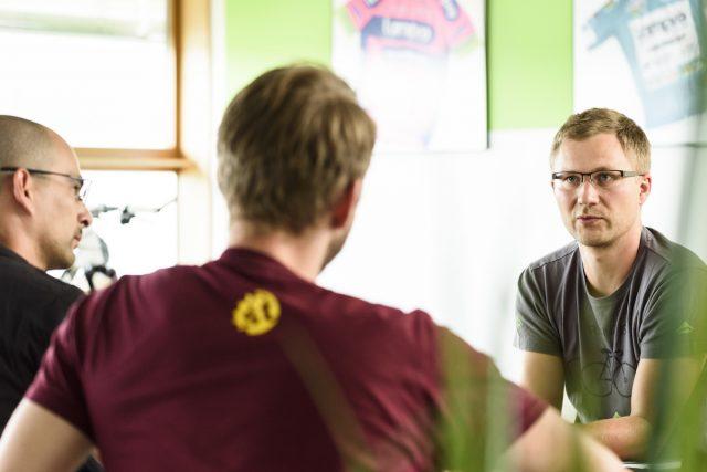 Роман Брейг, главный инженер по рамам, рассказывает о совместной работе с Реем в течение всего процесса разработки. Фото: Джеймс Винсент.