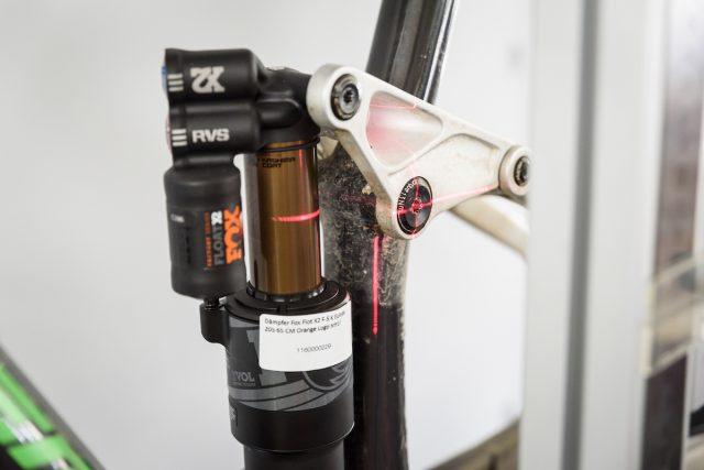 Лазерная установка используется для позиционирования узлов рамы, таких как оси подвески, кареточный узел и задняя втулка, чтобы иметь точные данные о геометрии и кинематике подвески. Фото: Джеймс Винсент.