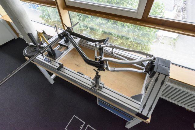 Прототип рамы в зажимах испытательного стенда. Фото: Джеймс Винсент.