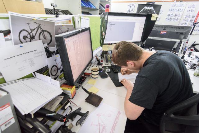 Графический дизайнер готовится представить свою работу на реальном байке. Фото: Джеймс Винсент.
