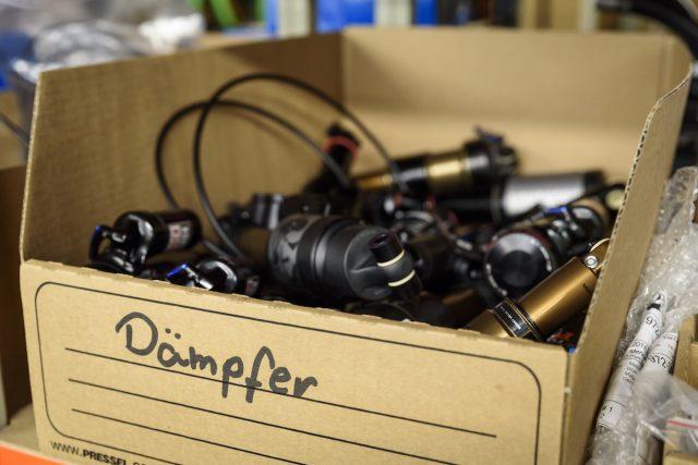 Тестовые задние амортизаторы. Фото: Джеймс Винсент.