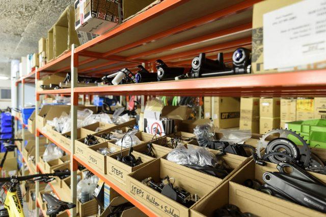 Тестовые вилки, тормоза, шатуны и куча компонентов Shimano STEPS. Фото: Джеймс Винсент.