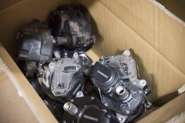 Моторы Shimano STEPS с пылью от тестов. Фото: Джеймс Винсент.
